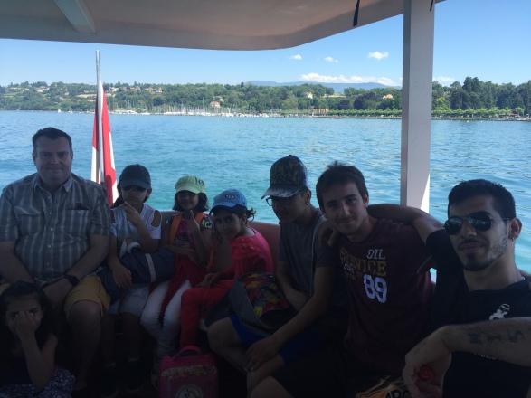 Accompagnement de deux papas de la classe d'accueil en course d'école à la piscine de Genève-Plage